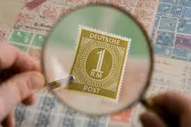Förstoringsglas gör det lättare att se detaljer på frimärken