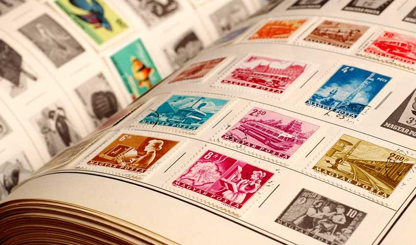 Samla frimärken i ett album
